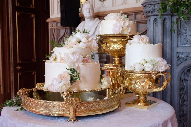 Trio de bolos do casamento Real: Príncipe Harry e Megan Markle, feito por Claire Ptak da Violet Bakery. Mais detalhes no blog www.planejandomeucasamento.com.br