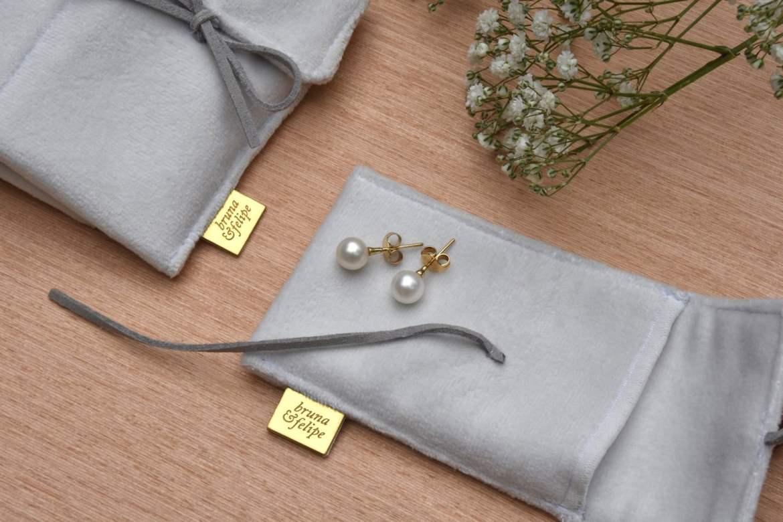 Presentes para padrinhos e madrinhas de casamento: jóias com estojo personalizado com nomes dos noivos da Brazil&Murgel. Mais inspirações no site www.planejandomeucasamento.com.br