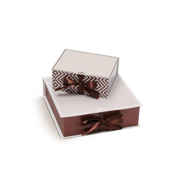 Caixa de presente para padrinhos de casamento da Cromus: marrom com chevron/zigue-zague.