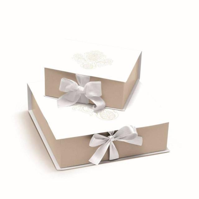 Caixa de presente para padrinhos de casamento da Cromus: creme/bege com arabescos.