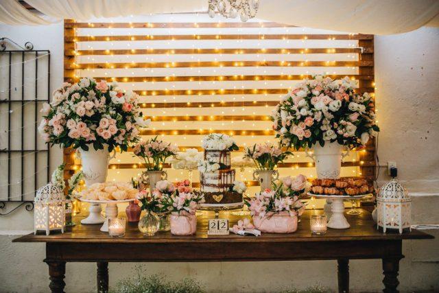 Casamento Dani e Raul: mesa do bolo de casamento feito por Cake Studio ( www.cakestudio.com.br ). Foto: Canvas Ateliê.