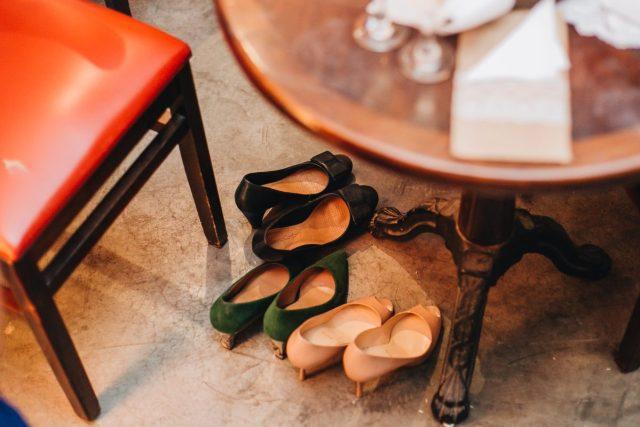 Casamento Dani e Raul: fim de festa com sapatos das convidadas. Foto: Canvas Ateliê.