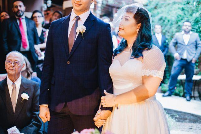 Casamento Dani e Raul: noivos no altar. Foto: Canvas Ateliê.