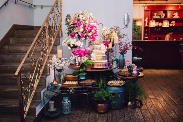 Mesa do bolo no buffet Lady Fina com bolo de casamento: semi-naked cake com folhas de ouro, orquídeas de açúcar e topo de bolo de cachorro. Feito por Cake Studio ( contato@cakestudio.com.br | Whatsapp: (11) 96882-2623 ). Foto: Canvas Ateliê.