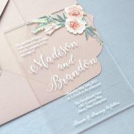 Convites de casamento transparentes de acrílico ou papel. Foto: Paper Lace Boutique. Mais inspirações em www.planejandomeucasamento.com.br