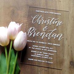 Convites de casamento transparentes de acrílico ou papel. Foto: Fox and Hart. Mais inspirações em www.planejandomeucasamento.com.br