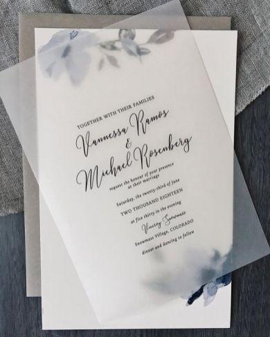 Convites de casamento transparentes de acrílico ou papel. Foto: Letter Meets Paper. Mais inspirações em www.planejandomeucasamento.com.br