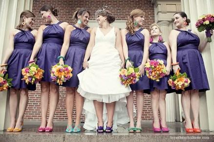 Madrinhas de casamento com sapatos coloridos cada um de uma cor. Foto: Love The Schultzes. Mais inspirações em www.planejandomeucasamento.com.br