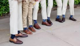 Padrinhos de casamento e noivos usando meias coloridas e estampadas. Foto: Greggo Photography. Mais inspirações em www.planejandomeucasamento.com.br