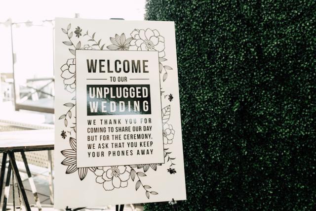 Placa com pedido dos noivos: proibido celulares no casamento. Foto: Plum and Oak. Mais inspirações em www.planejandomeucasamento.com.br