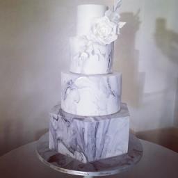 Bolo de casamento com efeito mármore. Foto: @bloomsbury_cakes