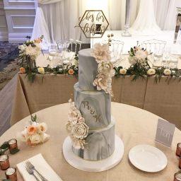 Bolo de casamento com efeito mármore. Foto: @dazzlemecakes
