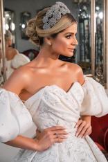 Penteado de noiva de Thássia Naves com tiara e coque baixo. Fotos do casamento: Anna Quast e Ricky Arruda.