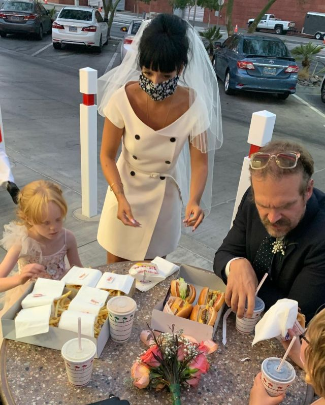 Fotos do casamento de Lily Allen e David Harbour: festa com filhas no fast food.