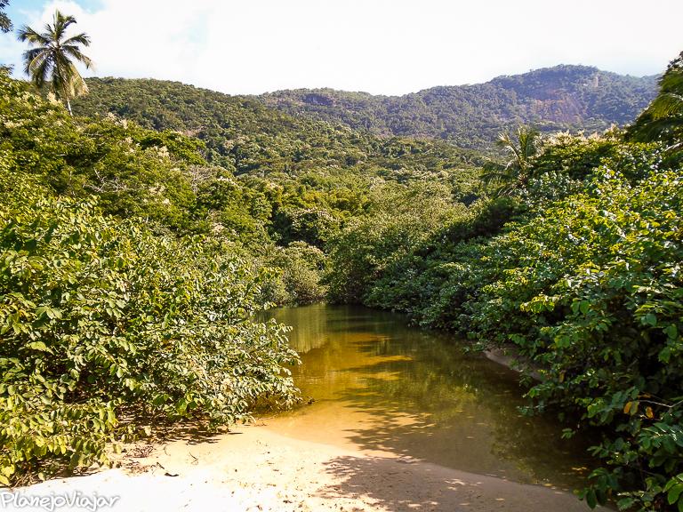 Riacho desaguando na praia de Camiranga