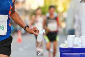 agua, bebidas isotónicas e hipertónicas durante el entrenamiento de correr