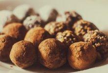 Faire des truffes au chocolat à la maison pour Noël.