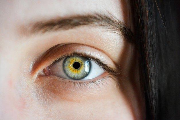 Massage du contour des yeux.