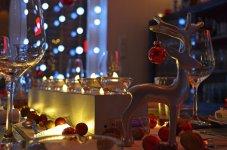 Déco de table pour les fêtes : origami, bougies flottantes et pliages de serviettes.
