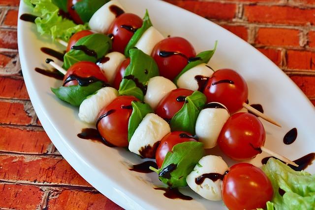 brochetas de mozzarella y tomates cherrys bajas en fodmap