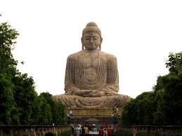 Estátua de gigante Buda sentado em meditação. Representação da espiritualidade elevada.