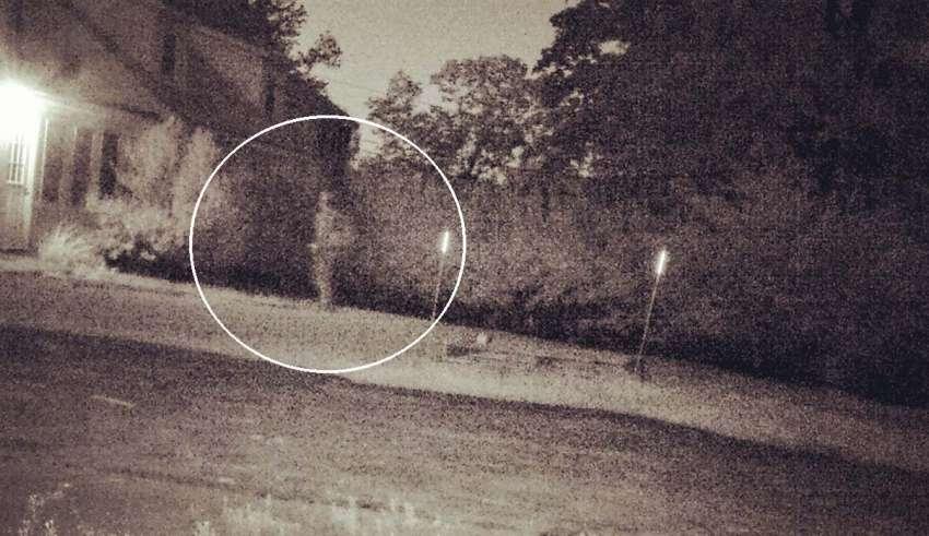 Una cámara capta el momento en que el fantasma de un soldado regresa a su antigua casa