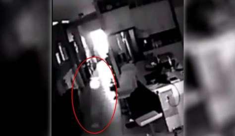 Un hombre instala una cámara de seguridad para grabar la extraña actividad