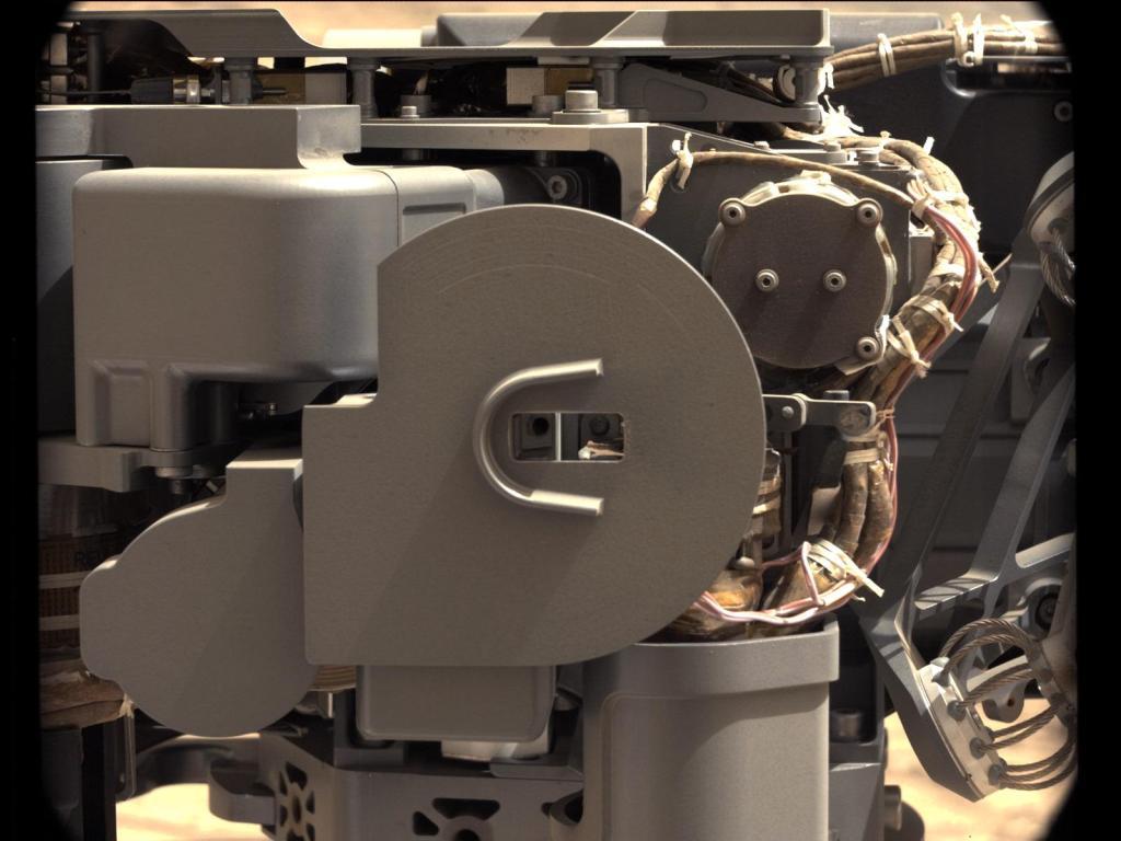 Roverul marțian Curiosity al NASA a realizat această imagine a uneltei de procesare și livrare a eșantionului imediat ce unealta a livrat o porțiune de praf de rocă în instrumentul de analiză SAM. Această unealtă de colectare și manevrare pentru analiza in situ a rocilor marțiene (CHIMRA) a livrat porțiuni a primului eșantion care a fost obținut vreodată din interiorul unei roci marțiene - atât către SAM cât și către CheMin - cele două laboratoare integrate. Credit: NASA/JPL-Caltech/MSSS