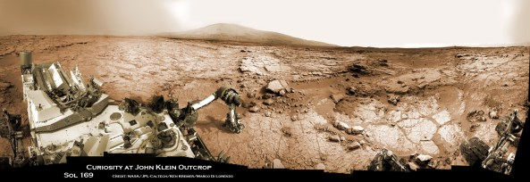 Curiosity a repurtat un succes istoric - prima excavare într-o rocă marțiană în zona John Klein - pe 8 februarie 2013, prezentată în această vedere mozaic a bazinului Yelloyknife - imagine surprinsă pe 26 ianuarie, unde robotul lucrează actualmente. Brațul robotic presează în jos pe suprafață. Credit: NASA/JPL-Caltech/Ken Kremer/Marco Di Lorenzo
