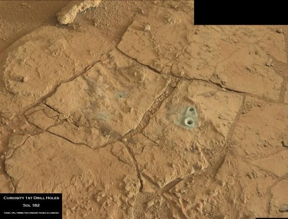 Camera MAST a Curiosity a surprins acest mozaic foto a primelor găuri de inserție în roca marțiană la aflorimentul John Klein, in interiorul bazinului Yellowknife unde robotul lucrează actualmente. Observați pudra de culoare gri ieșită din interiorul rocii. Credit: NASA/JPL-Caltech/MSSS/Ken Kremer/Marco Di Lorenzo
