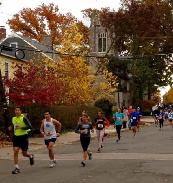 Runners reach Vandeventer Avenue.