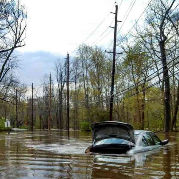 Flooding on River Road between Kingston and Rocky Hill. Photo: Yury Gorbunov.