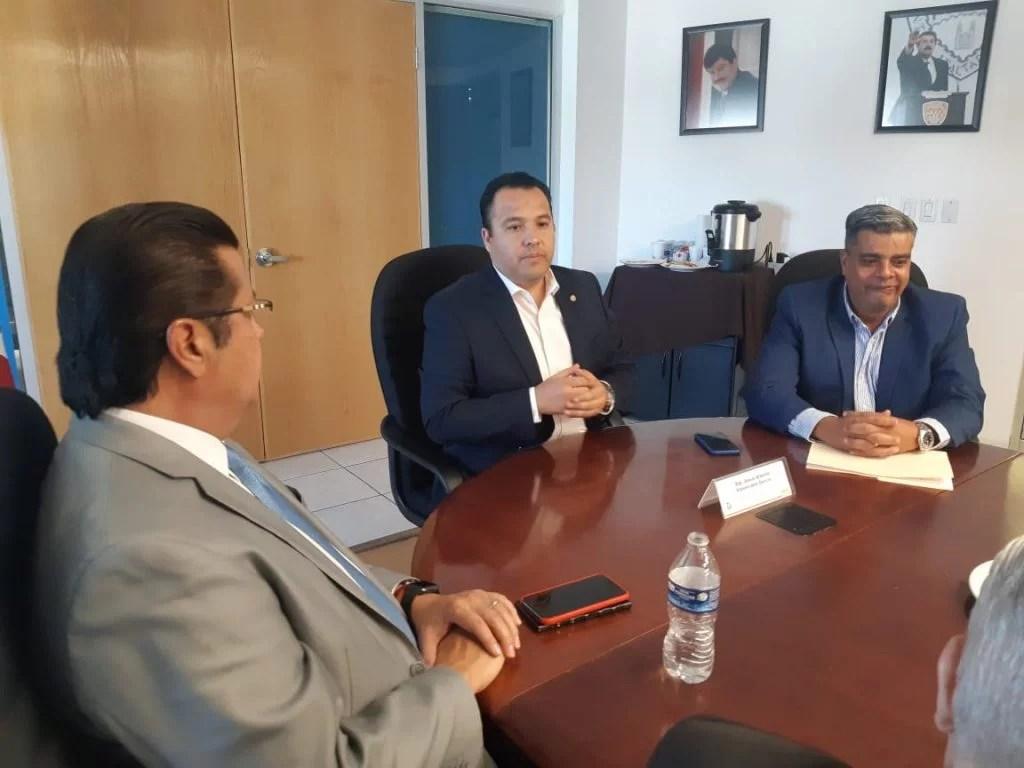 El Presidente Municipal Armando Cabada con los diputados Valenciano y Gloria