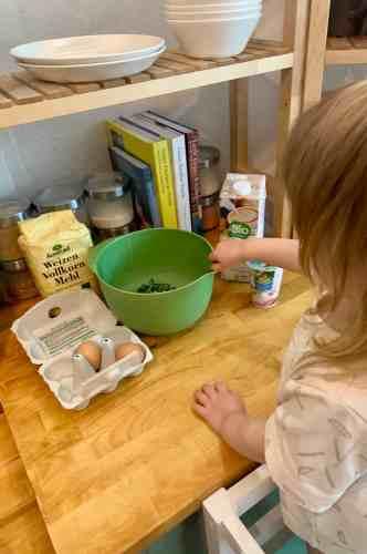 planningmathilda, gesunde Süßigkeiten selber machen, Muffins, Gemüsemuffin,backen mit Kind, Kind hilft in Küche,