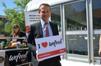 """WeFood promotion campaign: famous Danes are invited for selfie, here Foreign Minister Kristian Jensen """"loves"""" WeFoodSource: https://www.facebook.com/WefoodOverskudsmad"""