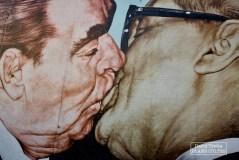 Réalisé par Dmitri Vrubel, le Baiser de l'amitié est l'une des pièces majeures de la East Side Gallery. Un bout du mur aujourd'hui encore existant, long de 1,3 kilomètre, utilisé comme toile à ciel ouvert. © David Trotta