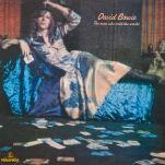 """Encore jeune dans le métier, David Bowie publie pourtant le 4 novembre son troisième album """"The Man Who Sold the World"""", contenant un morceau éponyme, qui restera l'un des standards de Bowie. Le morceau sera d'ailleurs remis au goût du jour en 1993 par Nirvana lors de son MTV Unplugged."""