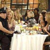 Qui de mieux pour incarner le stripteaseur lors de l'enterrement de vie de jeune fille de Phoebe que Danny DeVito ? Saison 10, épisode 11.