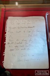 Derrière les vitres, plusieurs textes manuscits, souvent de Freddie Mercury. Comme ici Who Wants to Live Forever © David Trotta