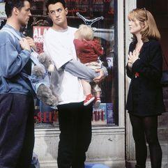 Lea Thompson rencontre par hasard Joy et Chandler dans la saison deux, lorsqu'ils se promènent avec Ben, le fils de Ross.