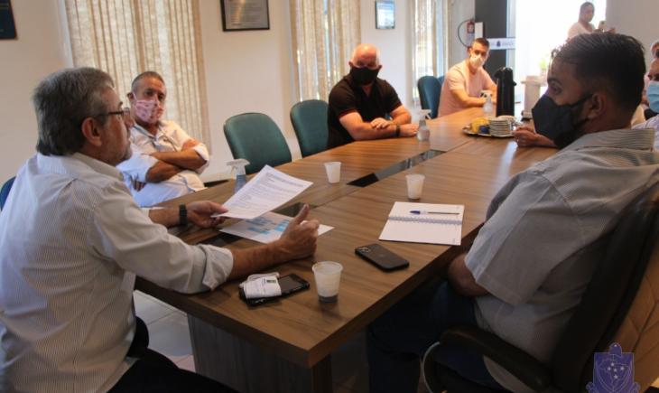 Em reunião com vereadores, Secretário Agadir Mossmann presta contas e apresenta Projeto de Viveiro Municipal de Laranja Azeda