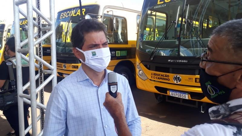 Prefeito recebe 4 ônibus para reforçar o transporte escolar