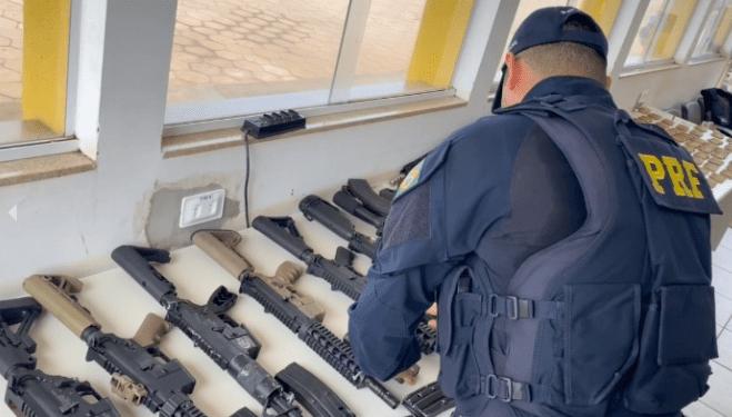 """Motorista """"cai"""" em MS com arsenal de fuzis e mais de 1,2 mil munições"""