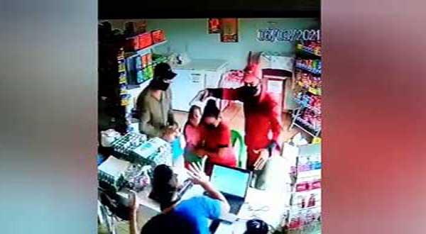 Rio Brilhante bandidos invadindo mercado e apontando arma para criança