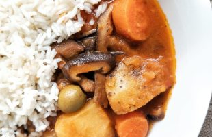 Vegan beef stew made with mushrooms, carrots, potatoes and Puerto Rican flavors. With a side of white rice.