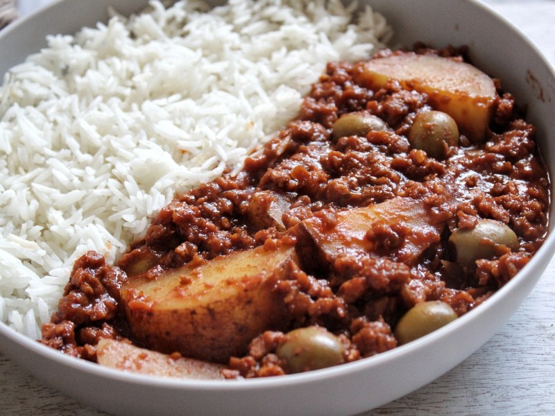 Vegan picadillo with potatoes and olivess