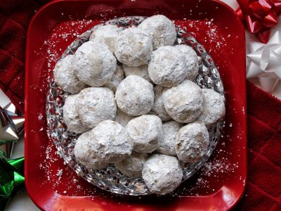 Cinnamon-spiced snowball cookies rolled in powdered sugar
