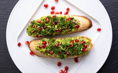 Guacamole with Pomegranates for a Summer Treat