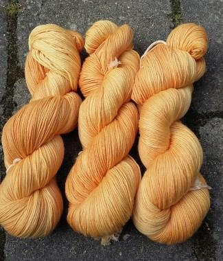 orange plantefarvet garn