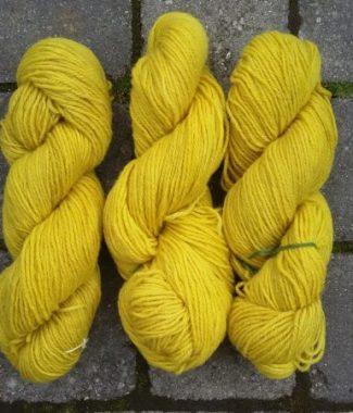 Tre-trådet norsk uld farvet med gyldenris.